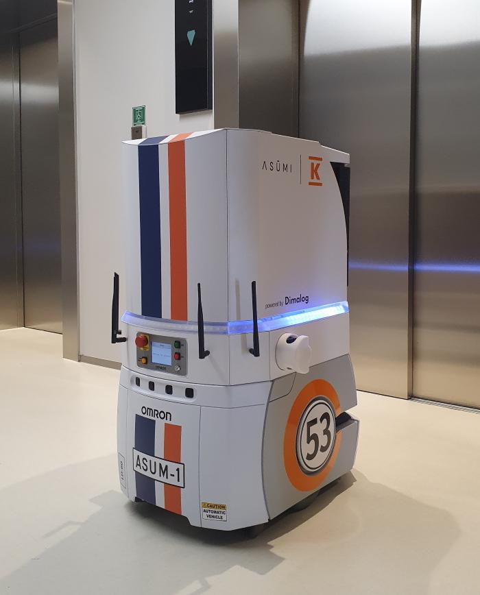 Kuljetusrobotti ASUM-1 odottaa hissiä kauppakeskus REDIssä.